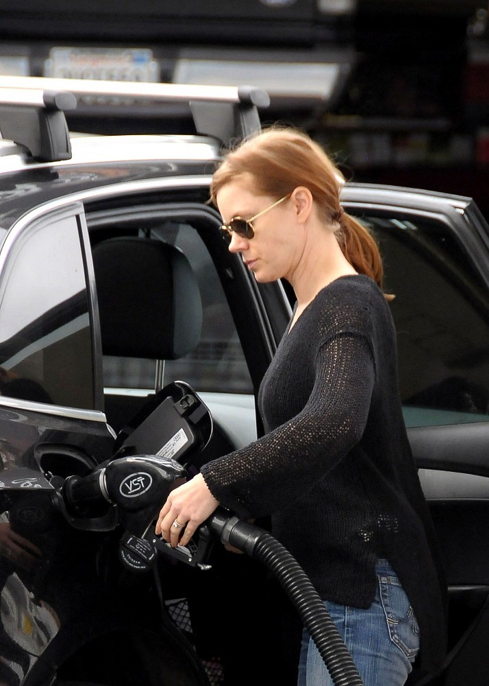 Amy+Adams+gets+gas+jO1_0aq4WYAx